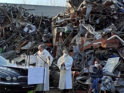 Messe  am Schrottplatz
